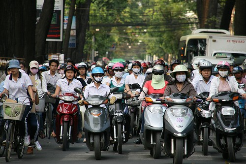 Viele Motorradfahrer, die in Vietnam Masken tragen zum Schutz vor Staub und Verschmutzung.